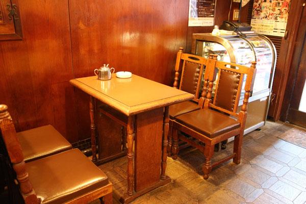 アラビヤコーヒーの店内の席