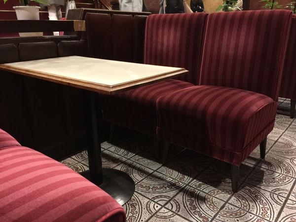 「新宿らんぶる」のテーブル席