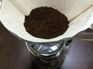 ③コーヒーの粉をペーパーの上に入れたら軽くゆすって平らに
